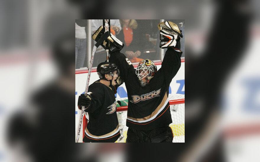 """Anaheimo """"Ducks"""" ledo ritulininkai švenčia pergalę"""