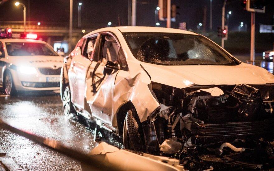"""Vilniuje vairuotojas su keleiviu pabėgo, metę sudaužytą įmonės """"Spark"""" elektromobilį"""