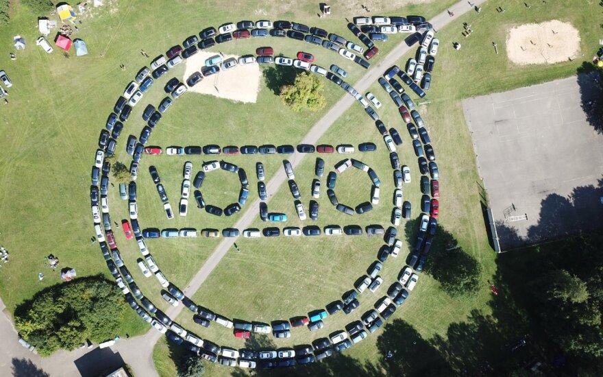 """""""Volvo"""" entuziastai sudėliojo didžiausią logotipą iš automobilių. Organizatorių nuotr."""
