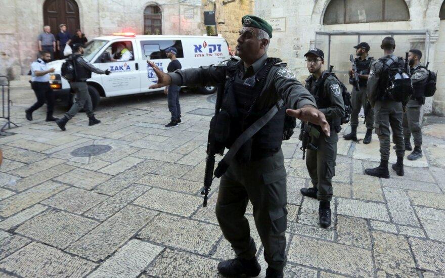 Jeruzalėje prieš privalomąją karinę tarnybą protestuojantys ultraortodoksai blokavo gatves
