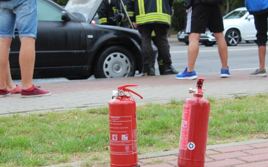 Nebus laiko galvoti: svarbiausi žingsniai, kai dega automobilis