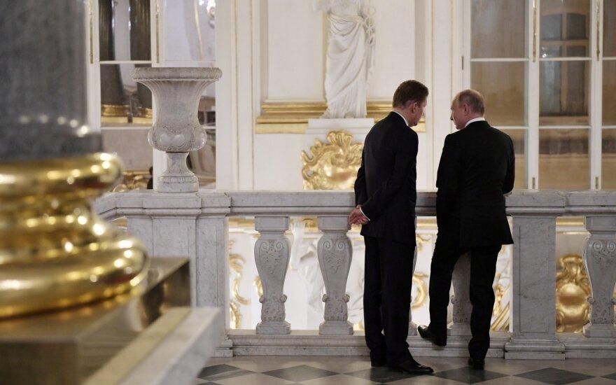 Vladimiras Putinas (dešinėje)