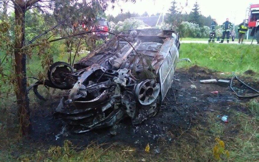 """""""Renault"""" nuvertė stulpą, nulėkė nuo kelio, apvirto ir sudegė"""