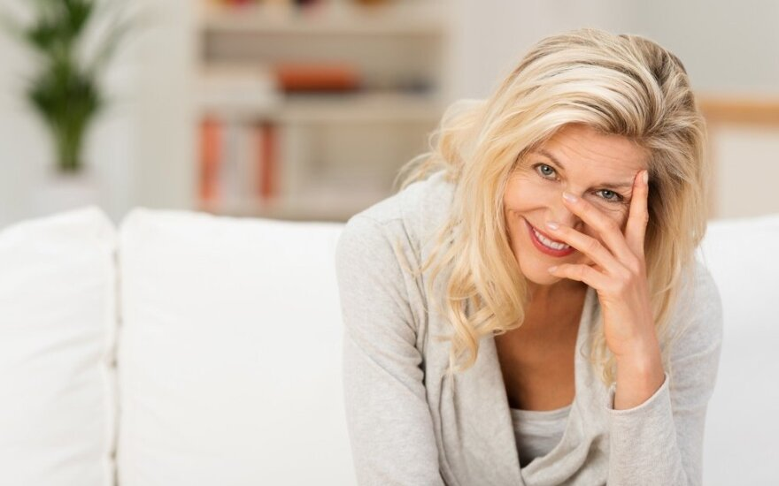 Vyresnio amžiaus moterį pažinčių svetainėje juokina jaunesnių vyrų laiškai