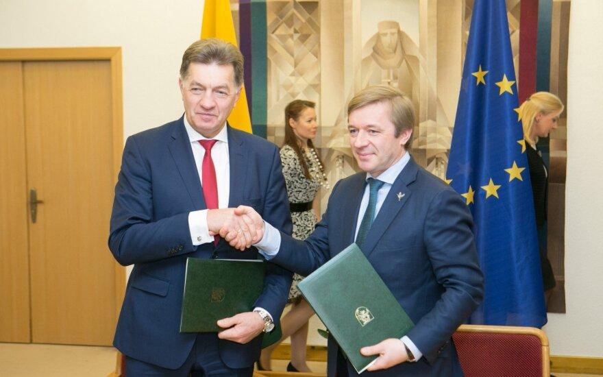 Daliai socialdemokratų piktinantis R. Karbauskis ir A. Butkevičius pasirašė koalicijos susitarimą