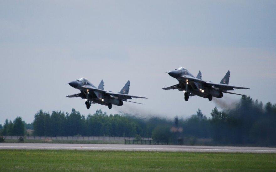 Lenkijoje sudužus naikintuvui žuvo pilotas