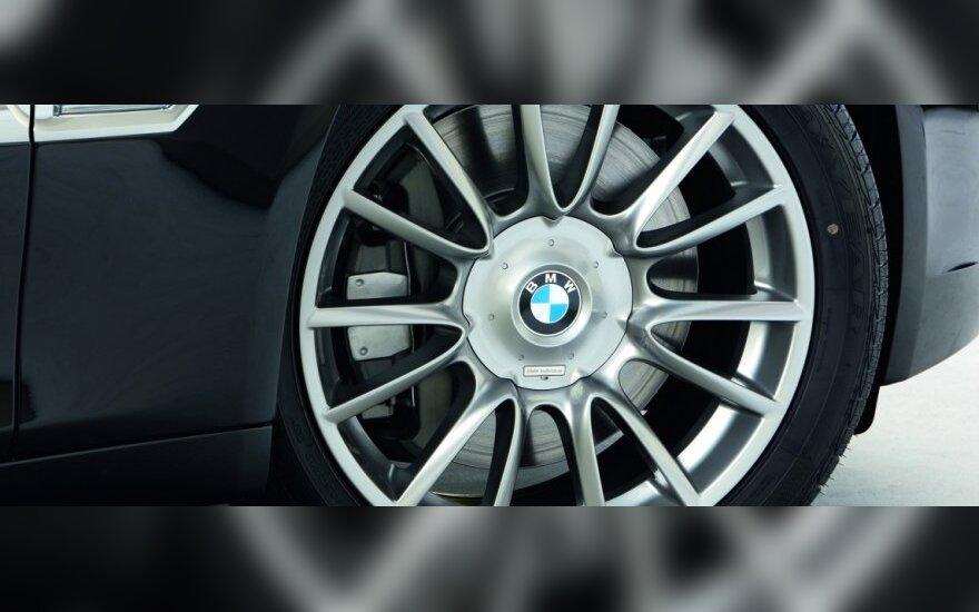Įspūdingą BMW greitį įamžino policijos vaizdo kamera