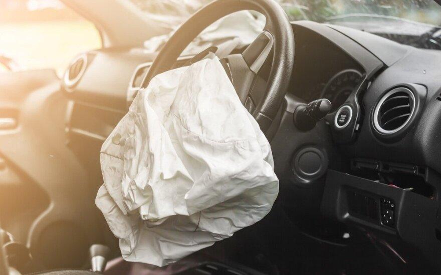 Saugos pagalvių klastotojų įžūlumas pribloškė: turėjo produkcijos tūkstančiams Lietuvoje važinėjančių automobilių