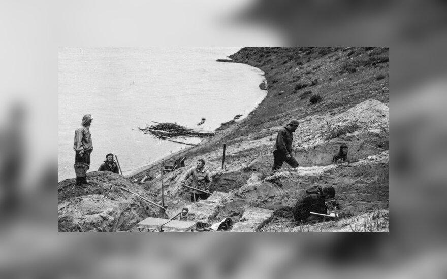 Rusų archeologai 1976 metais kasinėja Ust-Kyakhta-3 radimvietę Selengos upės krantuose