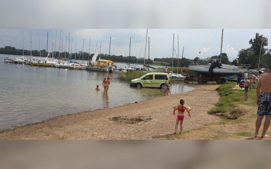 Poilsiavimo ypatumai Plateliuose: maudynės – kartu su į ežerą įriedėjusiu automobiliu