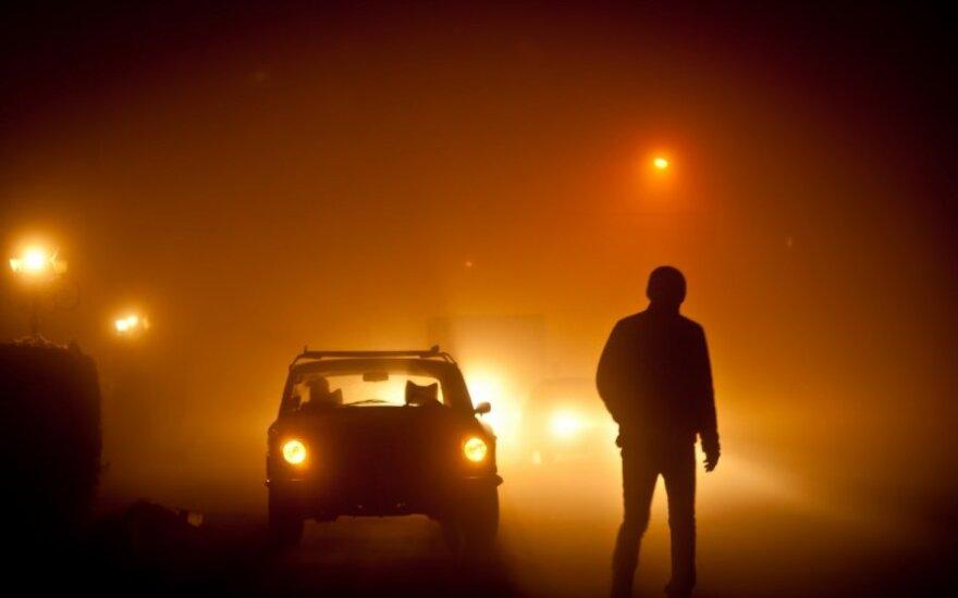 Naktis, rūkas, automobilis