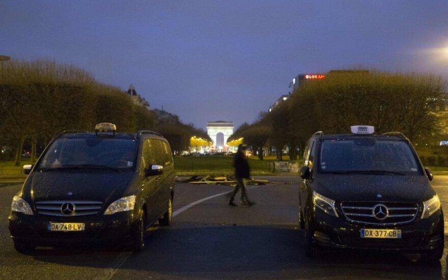 """Protestuodami prieš """"Uber"""" Prancūzijos taksistai blokavo kelius"""