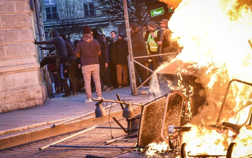 """Prancūzijoje – tūkstantiniai """"geltonųjų liemenių"""" protestai, neišvengta susirėmimų"""