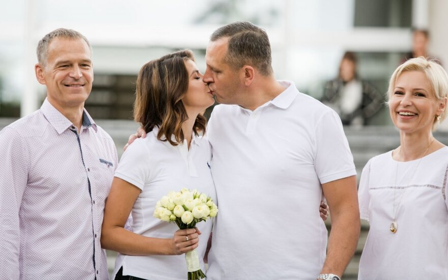 Mūvėdama džinsus orų mergaitė Karolina Liukaitytė ištekėjo už 13 metų vyresnio mylimojo