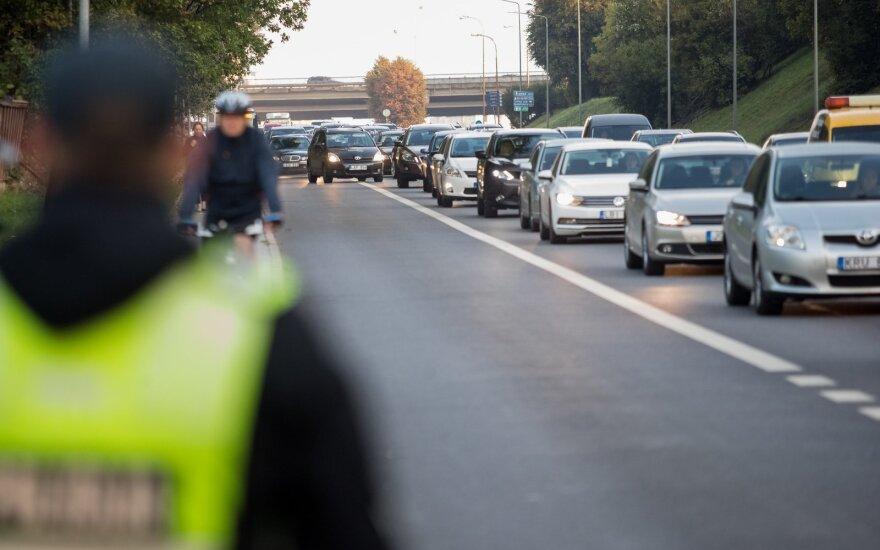 Per pusmetį – virš 14 tūkst. pažeidėjų: dėl vieno įpročio vairuotojai rizikuoja net ir savo gerove