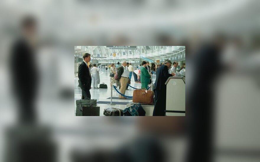 Oro uoste laukiama su lagaminais