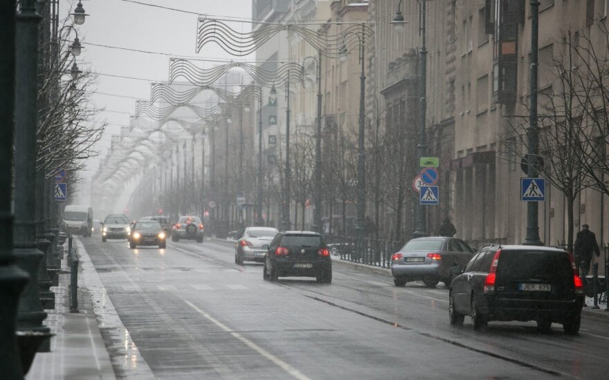 Šalyje pagrindinių kelių dangos sausos, dieną numatomi krituliai