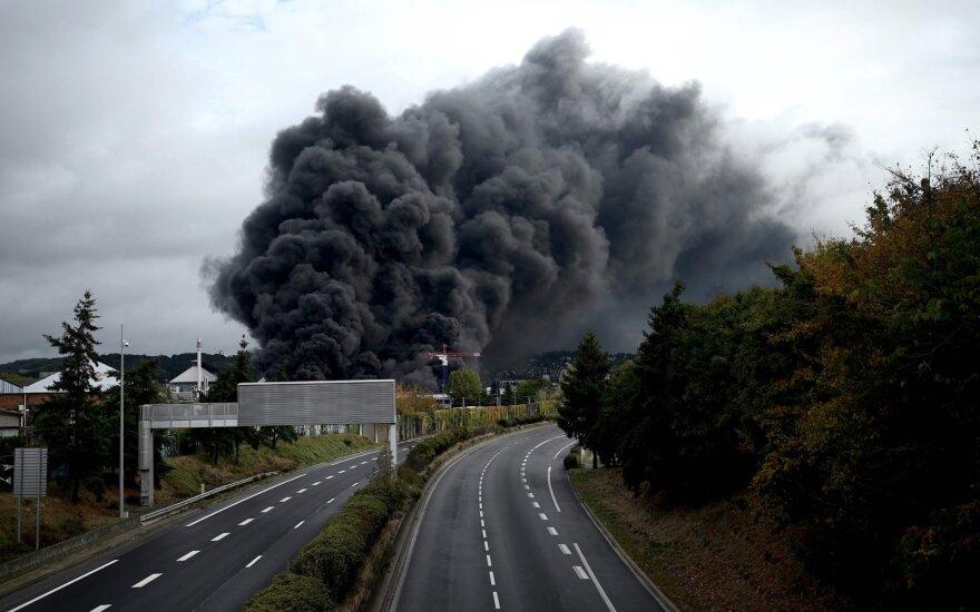 Prancūzijoje – didžiulis gaisras chemijos įmonėje, gyventojai prašomi neiti į lauką