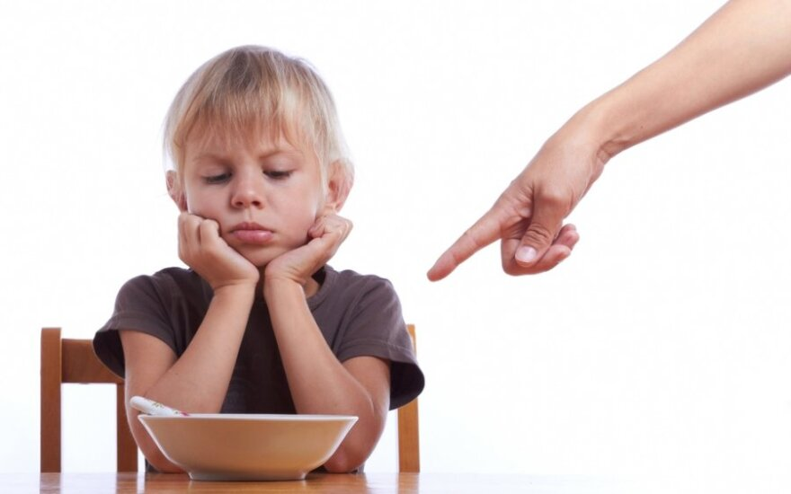 Klaidos, kurias daro tėvai, norėdami paskatinti vaikus sveikiau maitintis