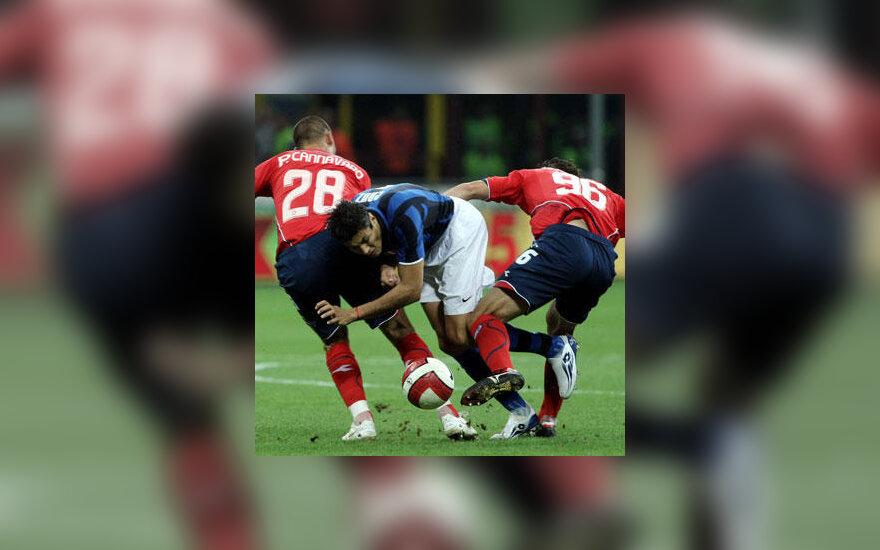"""Cruz Julio (""""Inter"""") kovoja su Paolo Cannavaro ir Matteo Contini  (""""Napoli"""")"""