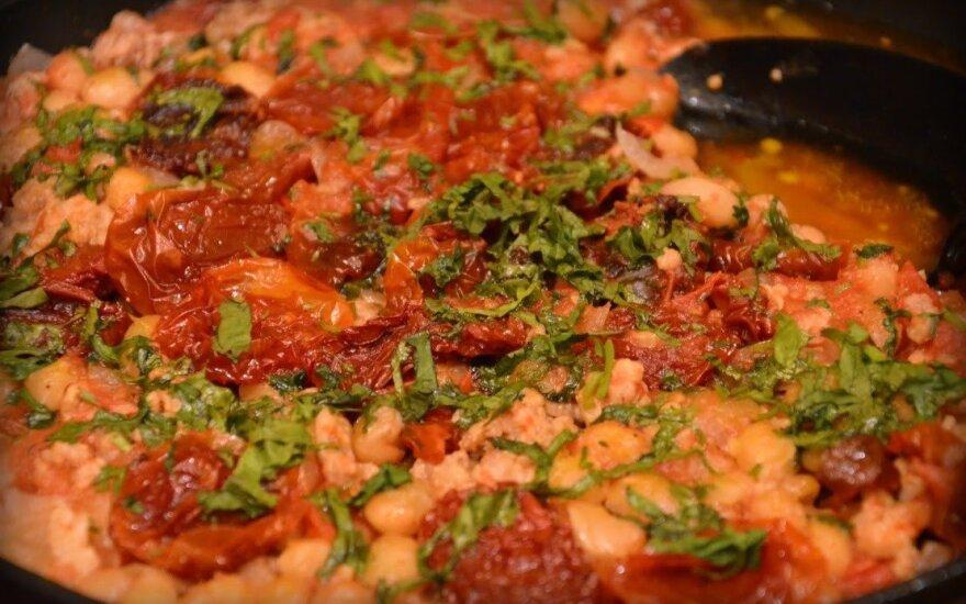 Aštrus troškinys su pupelėmis ir džiovintais pomidorais