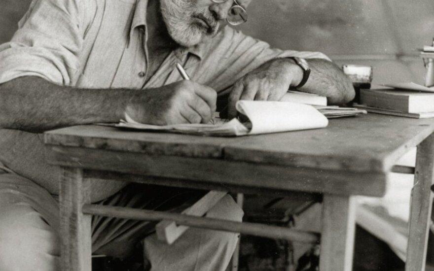 Kodėl E. Hemingway mama rengdavo suknele ir kiti neįtikėtini faktai apie motinas