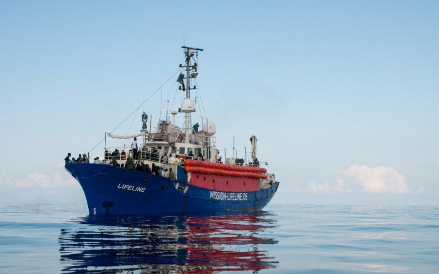 """Laivui """"Lifeline"""" su 230 pabėgėlių leista švartuotis Maltoje"""