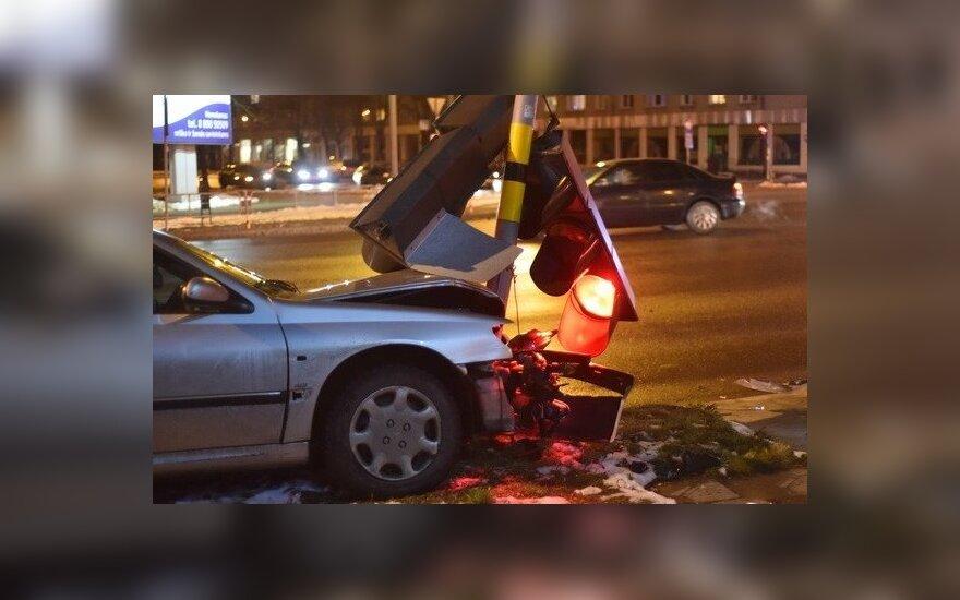 """Panevėžio policija ieško šviesoforą bandžiusio nuversti """"Peugeot"""" vairuotojo"""