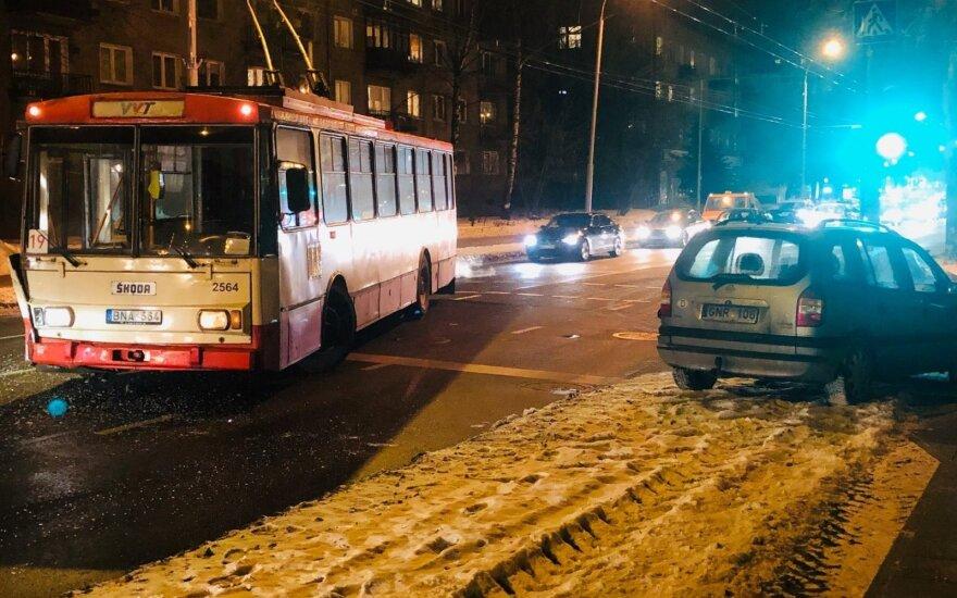 Vilniuje po troleibuso ir automobilio avarijos sutriko eismas
