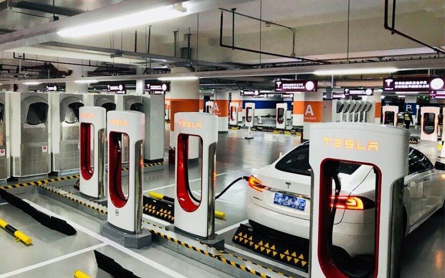 """Didžiausia """"Tesla"""" krovos stotelių sankaupa"""