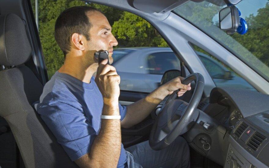 Skusti barzda, vairuoti, neatidus, išsiblaškęs
