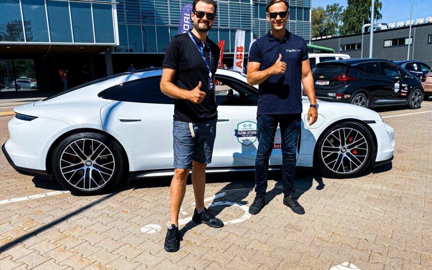 """Elektromobilių lenktynėse – galingasis """"Porsche Taycan"""""""