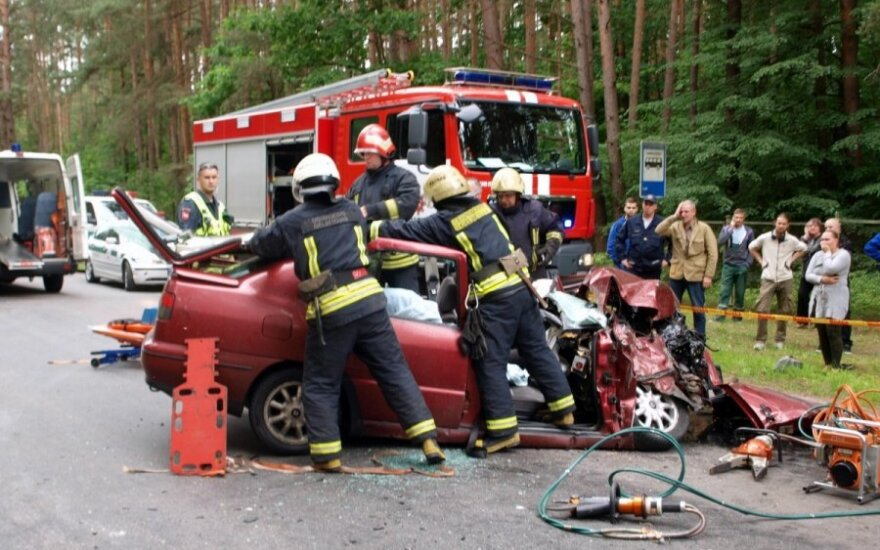 Kaune baisios avarijos metu sužeistus žmones iš suknežinto automobilio vadavo ugniagesiai