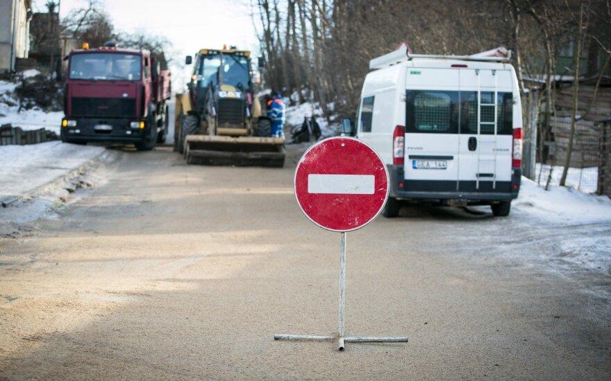 Įspėjimas vairuotojams: vandentiekio avarija Vilniuje paralyžiavo Širvintų gatvės atkarpą