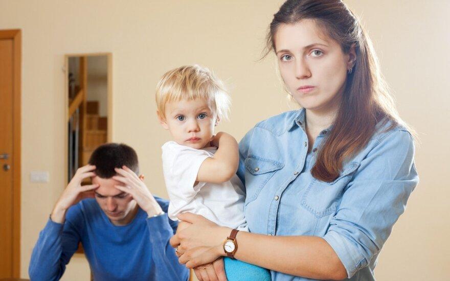 Skyrybos: kas privalo padengti išaugusias vaiko išlaikymo išlaidas emigravus?