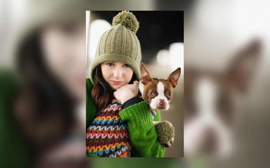 Mergina su šuniuku