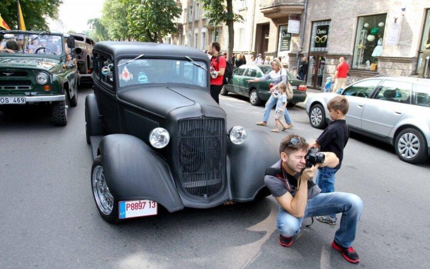 Senovinių automobilių paradas centrinėmis miesto gatvėmis