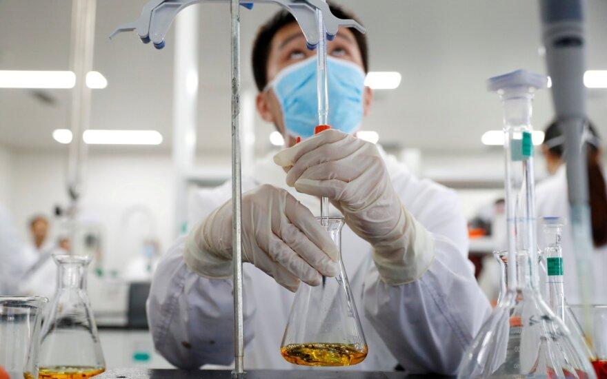 """""""Bloomberg"""": Kinijos """"Covid-19"""" vakcinai – pirmoji nesėkmė"""