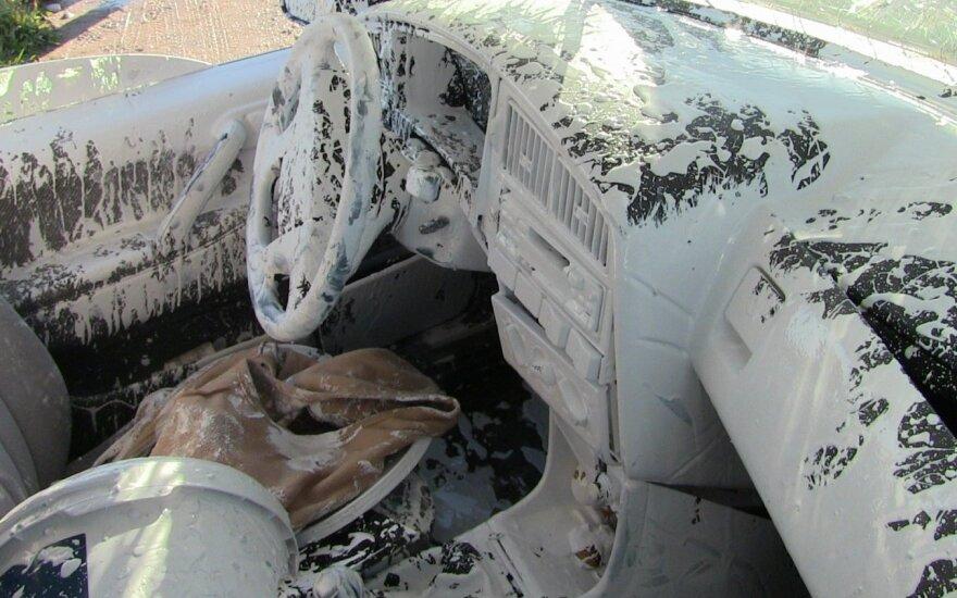 """Per avariją sudaužytame """"VW Passat"""" išsilieję dažai nudažė ir saloną, ir vairuotoją"""