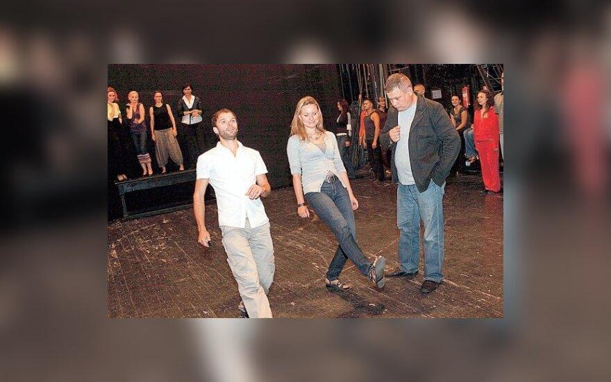 """Miuziklo """"Mieloji Čariti"""" repeticijoje režisierius K.Jakštas (dešinėje), aktorė V. Streiča ir choreografas A.Liškauskas"""