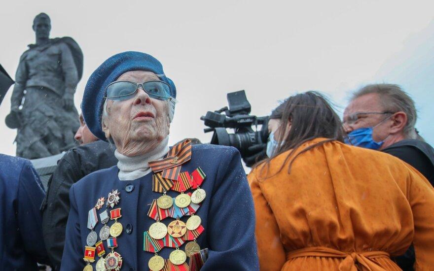 Antrojo pasaulinio karo veteranė Maria Potapova dalyvauja Rzhevo memorialo sovietiniam kariui atidengimo ceremonijoje netoli Choroševo kaimo. Asociatyvi nuotr.