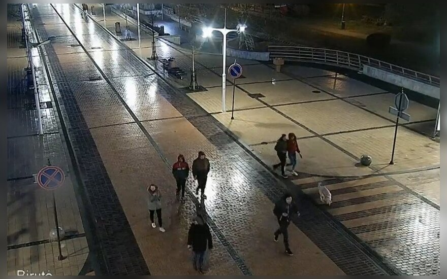 Palangoje išniekinta Lietuvos vėliava, policija prašo atpažinti nufilmuotus asmenis