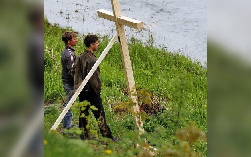 Eitynių dalyviai sutikti kryžiais ir dūminiais užtaisais