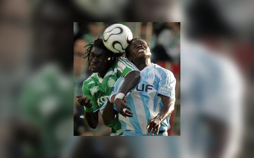 """Taiwo Taye Ismaila (""""Marseille"""", dešinėje)kovoja su Bafetimbi Gomis (""""St.Etienne"""")"""