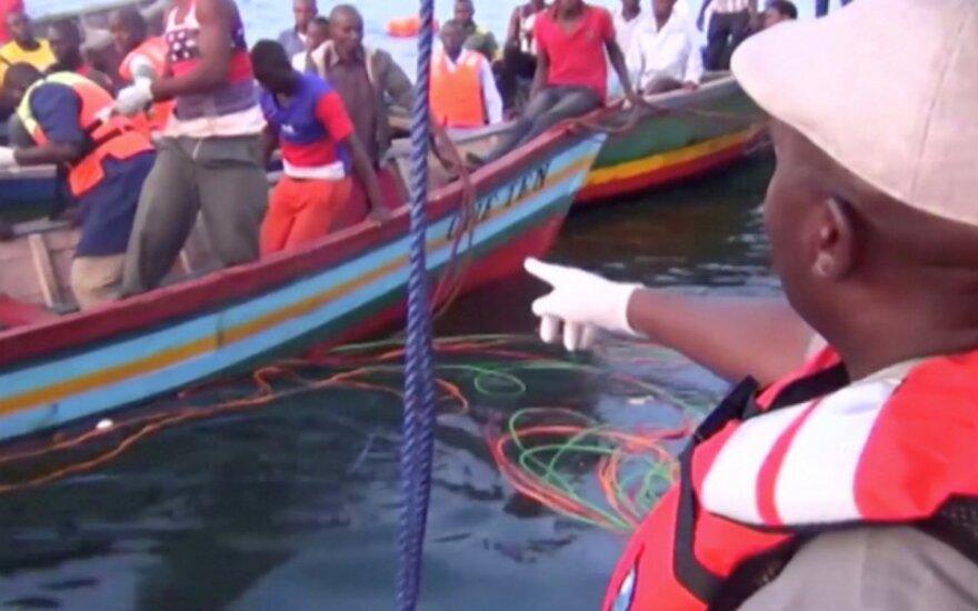 Gelbėtojai ieško išgyvenusiųjų Viktorijos ežere apvirtus keltui