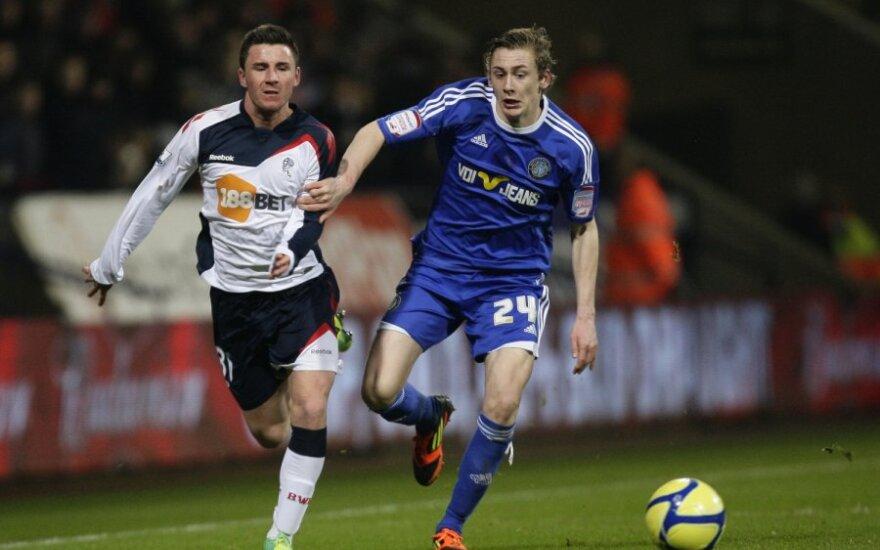 "Michaelas O'Halloranas (""Bolton"", kairėje) kovoja su Elliottu Hewittu (""Macclesfield"")"