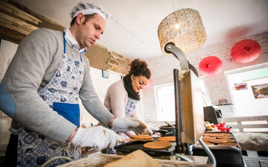 Lietuvoje įsikūrusios olandų šeimos gaminami vafliai pirkėjus stebina ne Vilniaus kaina