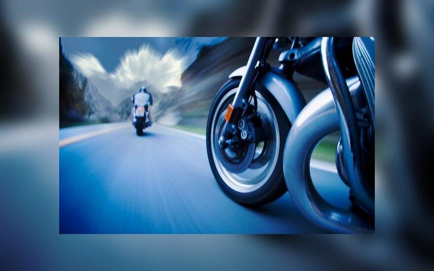 """Seniausias Britanijoje motociklininkas vis dar """"degina gumą"""""""