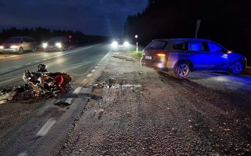 """Vilniaus pakraštyje motociklas rėžėsi į """"VW Passat"""" šoną: motociklininkas ligoninėje"""