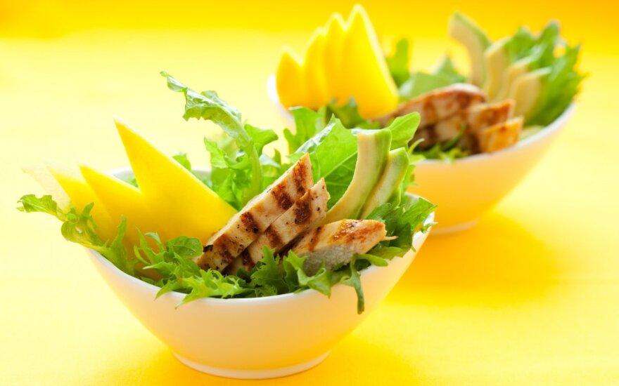 Vištienos salotos su mangais ir avokadais